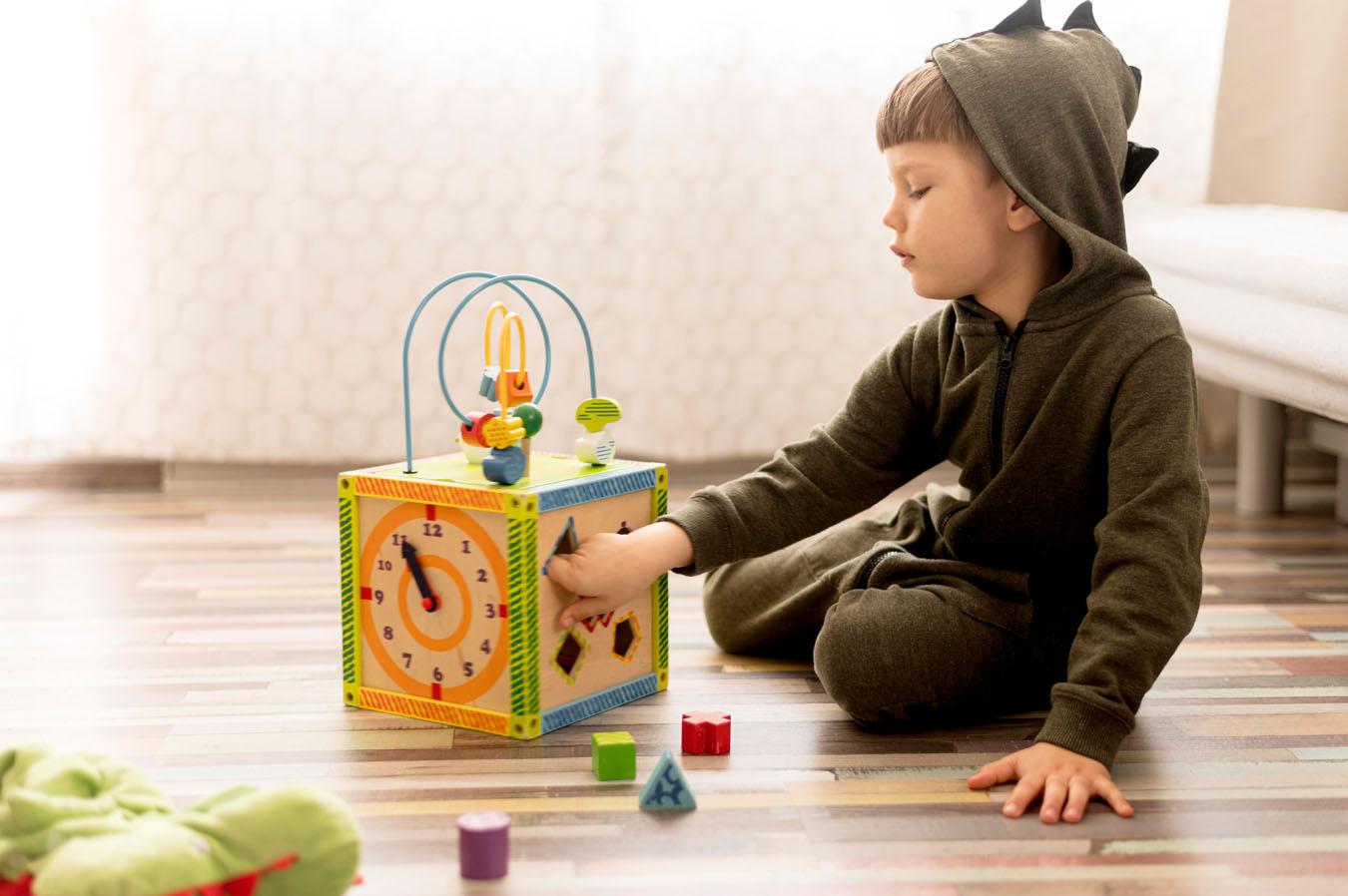 Un bambino gioca nell sua stanza luminosa