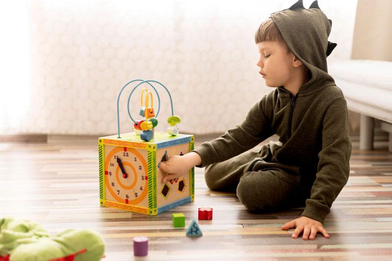 bambino che gioca con un cubo